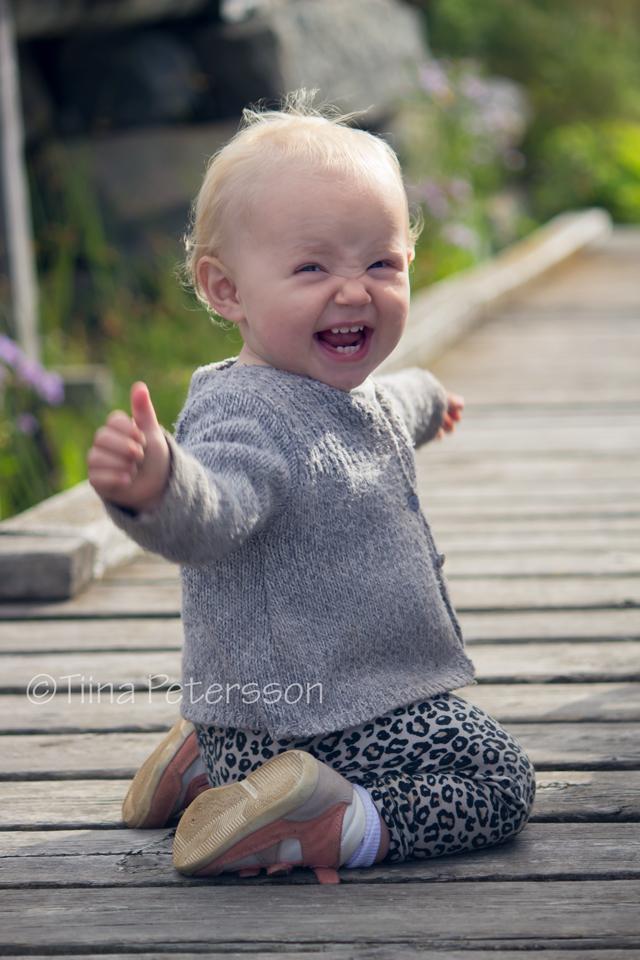 Foto på den vinkande och glada ettåriga Ruth  – A happy one year old Ruth